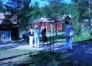 Kuvan keskellä puheenjohtaja Susanna Paavola sukulaisten ympäröimänä Verlan auringossa. (Huom